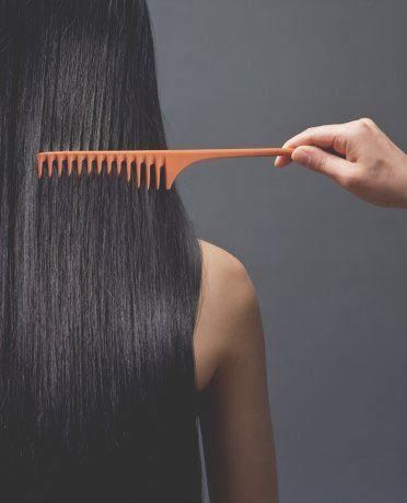 Saçlarınızın kolay taranması ve elektriklenmemesi için spreyli bir şişenin içine az miktarda saç kremi koyup biraz su ile sulandırın ve saçlarınıza sıkın. Saçlarınızın çok kolay tarandığını ve elektriklenmediğini göreceksiniz.   Kepeksiz ve pırıl pırıl saçlar için bir kaşık balı yarım çay bardağı suyun içinde erittikten sonra saç diplerinize parmaklarınızla bu su ile masaj yapın ve saçlarınızı durulayın.   Her gün yatmadan önce saçlarınızı yumuşak bir fırça ile fırçalayarak basit şekilde saç bakımı yapabilirsiniz. Hem gün boyu saçlarınıza toplanan tozları temizlemiş, hem de saçlarınızı canlandırmış olursununuz.